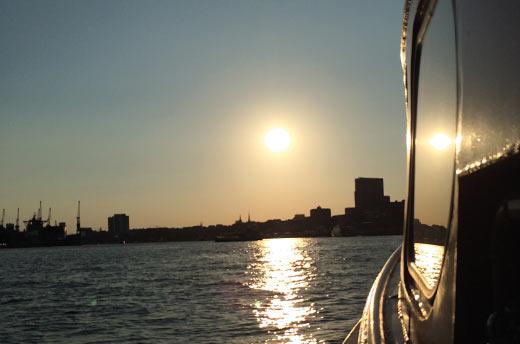 Auf einem Schiff feiern und Hamburgs Skyline bewundern