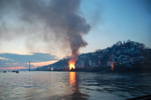 Das Osterfeuer in Blankenese von einer Barkasse aus gesehen