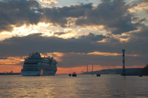 Schiffe die dem Osterfeuer von der Elbe aus zusehen